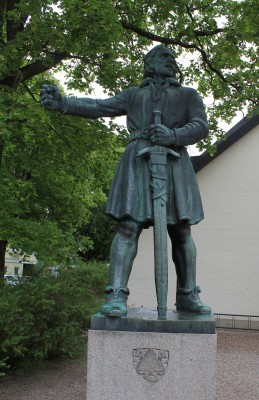 A sculpture of Engelbrekt Engelbrektsson by Carl Eldh created in 1935 which lies just outside the Holy Trinity Church (Photo courtesy of Jssfrk).